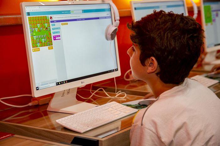 Iniciativas gratuitas do setor transformam a educação no momento da pandemia.