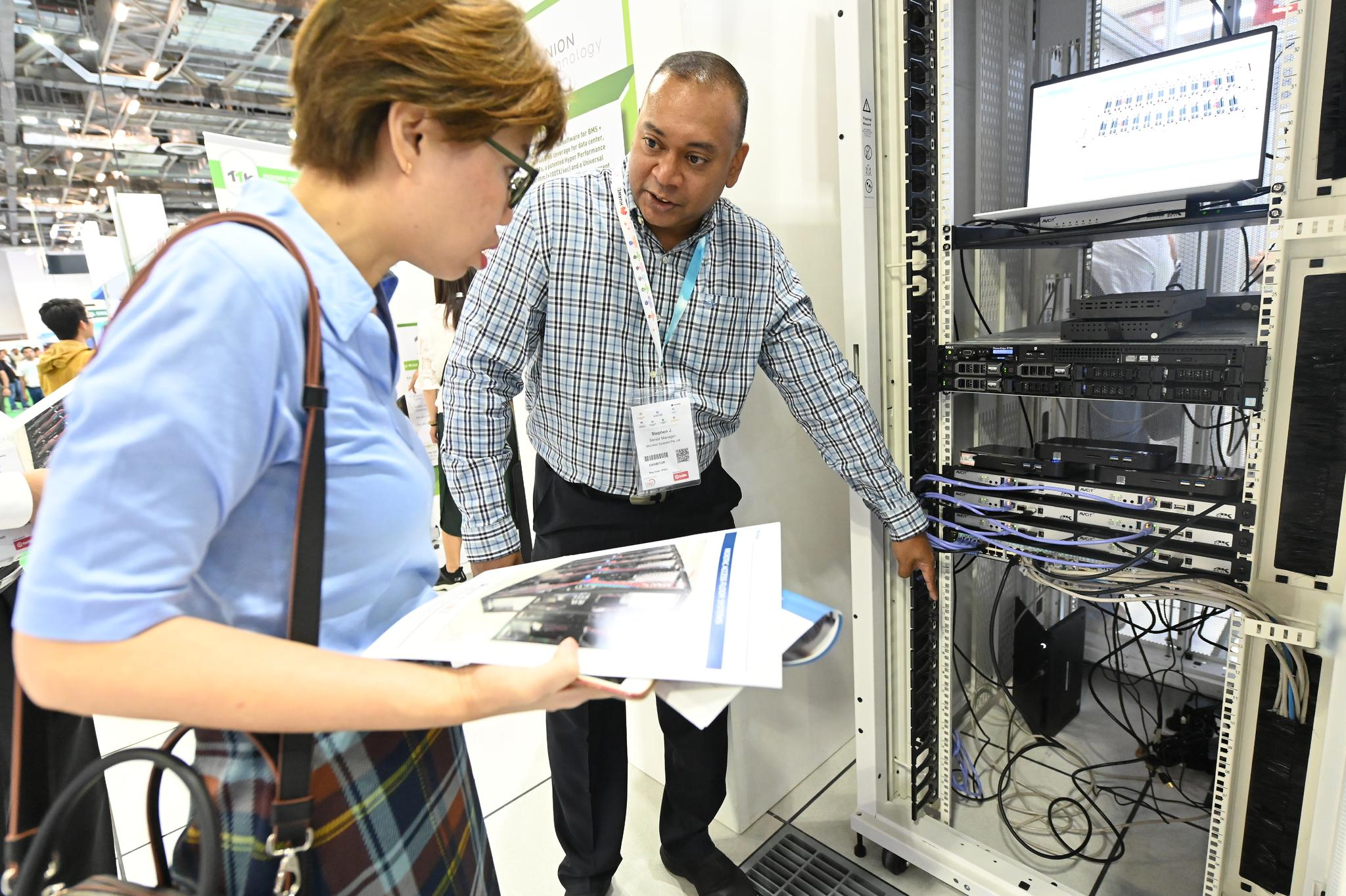 exhibitor interacting with delegate on data centre components at data centre world