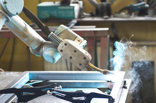 UNIVERSAL ROBOT CUTS WELDING TIME BY 50%