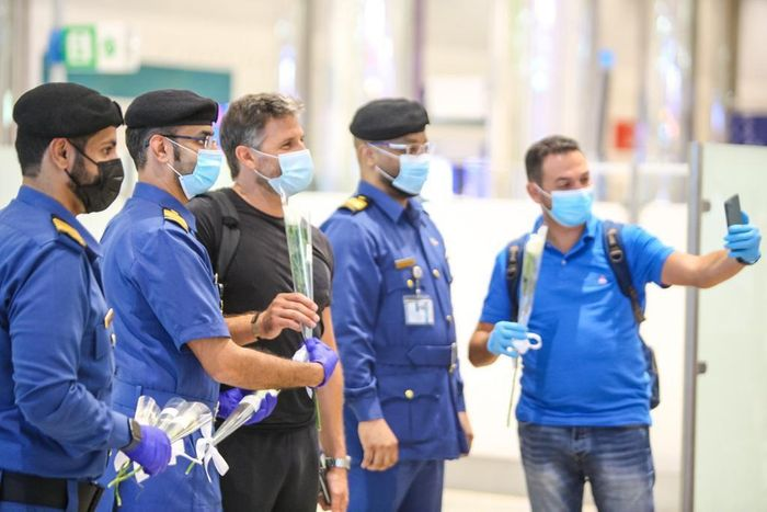 Dubai Customs welcomes Beirut passengers with flowers