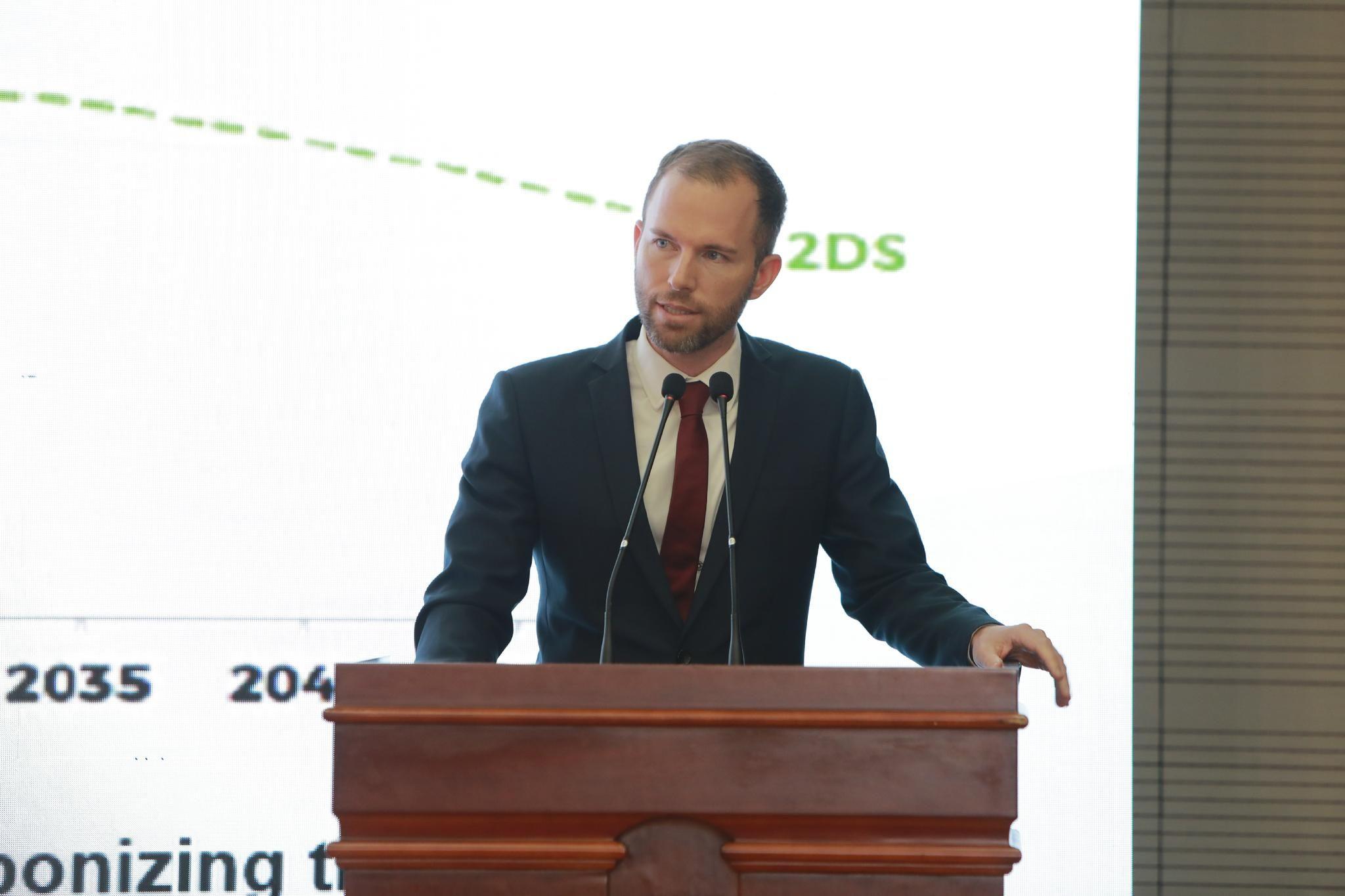 Dr. Christoph Nedopil Wang