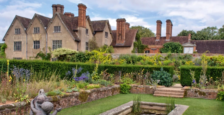 National Trust decides to close gardens as well as houses, shops and cafes